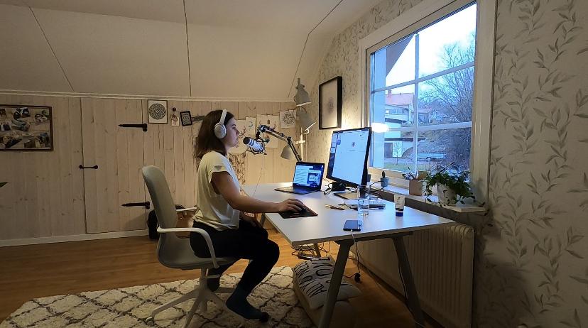 """Alicja nagrywa swój pierwszy odcinek pod tytułem """"Kobieta pracująca, moja historia"""""""
